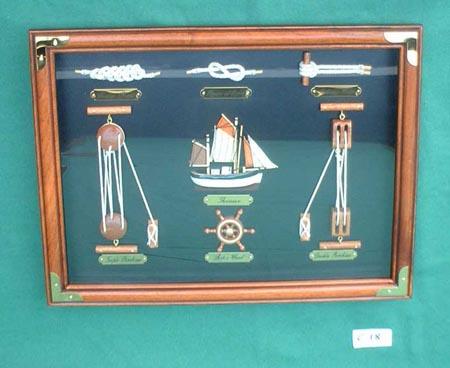 Kleine Knotentafel mit Fischerboot + 6 Knoten/Geräten